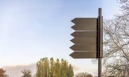 Courrier de signe foncé vide en métal en parc naturel photos stock