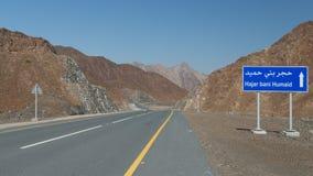 Courrier de signe sur une nouvelle route, Oman photos stock