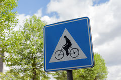 Courrier de vélo sur un poteau en métal Photos stock