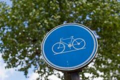 Courrier de vélo sur un poteau en métal Photo stock