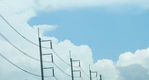 Courrier et ciel de l'électricité Photographie stock libre de droits