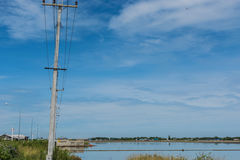 Courrier électrique par la route de campagne contre le ciel bleu Photographie stock libre de droits
