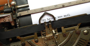 Courrier neuf, vieille machine à écrire photo stock