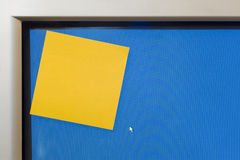 Courrier-service informatique-note jaune vide sur le moniteur d'ordinateur Image libre de droits