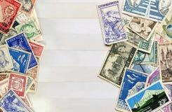 Courrier utilisé de timbres de différents pays sur la collecte de livres photographie stock libre de droits
