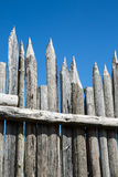 Courriers affilés de barrière contre le ciel bleu Photographie stock