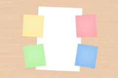 Courriers collants colorés et livre blanc Image stock