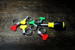 Courroie en métal avec la poignée de couleur pour le tube en caoutchouc et le tournevis Image libre de droits