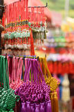 Courroies colorées de jade vendues sous le nom de souvenir de marchandises sur le marché de Chinatown photographie stock libre de droits