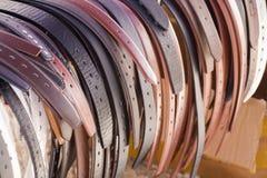 Courroies en cuir dans diverses couleurs Photographie stock libre de droits