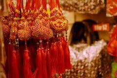 Courroies sûres de chance colorée vendues sous le nom de souvenir de marchandises sur le marché de Chinatown Photo libre de droits