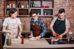 Cours de cuisine Les gens préparant des repas ensemble Photographie stock libre de droits