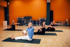 Cours de formation de yoga, séance d'entraînement femelle de groupe Image stock