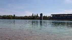 Cours de régate avec le bateau de dragon sur l'eau Oberschleissheim et à Munich Cours de jeu olympique de 1972, Bavière, Allemagn banque de vidéos