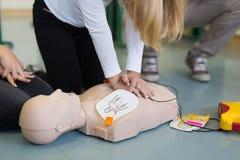 Cours de ressuscitation de premiers secours utilisant l'AED photos stock