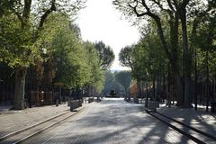 Cours Mirabeau σε έναν οκνηρό το πρωί της Κυριακής στην άνοιξη στοκ εικόνες