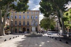 Cours Mirabeau met het standbeeld van Koning Rene in Aix en Provence royalty-vrije stock afbeeldingen