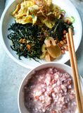 Cours thaïlandais de nourriture mangé avec du riz bouilli Photo stock