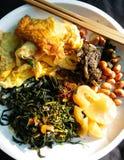 Cours thaïlandais de nourriture mangé avec du riz bouilli Photographie stock