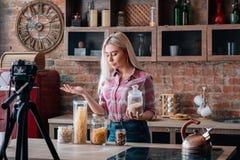 Cours visuel à cuire femelle de passe-temps de blog culinaire images stock