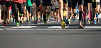 Course courante de marathon, pieds de coureurs sur la route photo stock