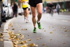 Course courante de marathon, pieds de personnes Photo stock