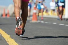 Course courante de marathon, vue par derrière Images libres de droits