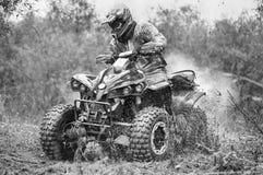 Course d'enduro d'ATV avec le cavalier dans la boue Image libre de droits
