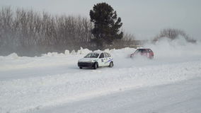 Course d'hiver sur une route neigeuse banque de vidéos