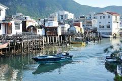 Course de bateau entre au-dessus des maisons de l'eau Photo libre de droits
