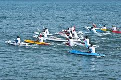 Course de canoë sur la plage de Lebih, Bali images stock