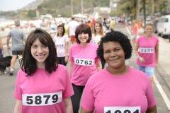 Course de charité de cancer du sein : Femmes dans le rose Photographie stock libre de droits