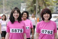 Course de charité de cancer du sein : Femmes dans le rose image libre de droits