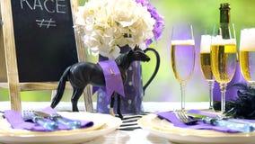 Course de chevaux emballant l'arrangement de table de déjeuner de jour Photo libre de droits
