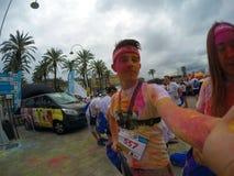 Course de couleur, 5 kilomètres à courir le long ou marchant, avec des explosions des poudres, des jeux et des un bon nombre colo Photographie stock libre de droits