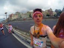 Course de couleur, 5 kilomètres à courir le long ou marchant, avec des explosions des poudres, des jeux et des un bon nombre colo Image stock