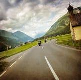 Course de cycliste à travers le village montagneux photo stock