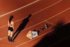 course de début de coureur de fille d'ombre de 400 mètres Image stock