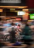 Course de deux cyclistes pour le crépuscule Photographie stock libre de droits