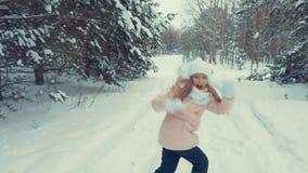 Course de jeune fille et chute vers le bas sur la neige banque de vidéos