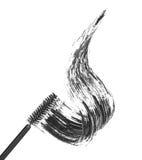Course de mascara noir avec la brosse d'applicateur, photographie stock libre de droits