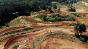Course de motocyclettes sportive extrême, tir aérien du départ de motocross, compétition de motocross Vue aérienne banque de vidéos