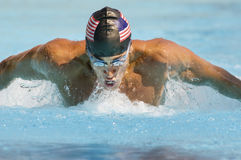 Course de papillon de natation d'homme Photographie stock libre de droits