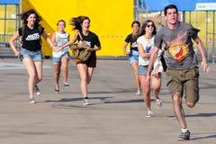 Course de personnes pour attraper la première rangée après l'achat de leurs billets au festival de BOBARD photographie stock libre de droits