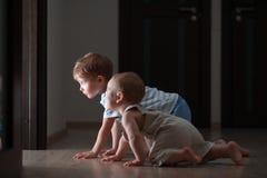 Course de rampement de deux bébés Photographie stock