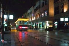 Course de tramway dans la rue de Qianmen photo stock