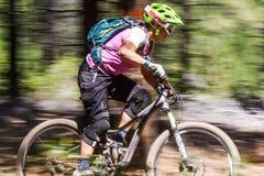 Course de vélo de Laura Ogden - de montagne de l'Orégon Enduro Photo libre de droits