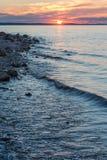 Course de vagues sur le rivage rocheux de la rivière Images stock