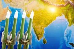 Course des armes, armes nucléaires, la menace de la guerre dans le monde Rocket sur le fond de l'Inde image stock