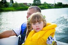 Course des enfants sur l'eau dans le bateau images libres de droits